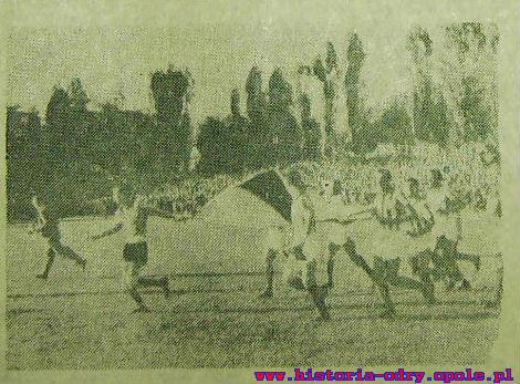 Piłkarze AFC wbiegają na boisko w Opolu z polską flagą