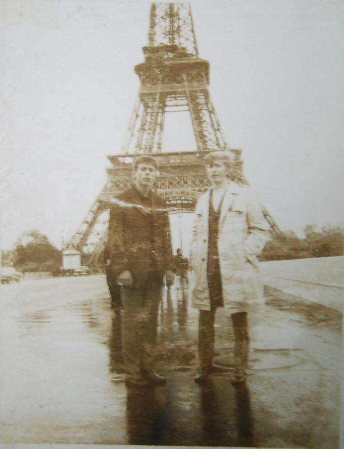 Łukasiak pod wieżą Eiffla (zgrupowanie Odry we Francji)