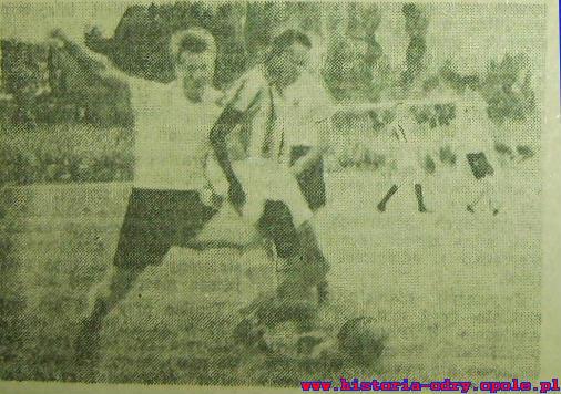 Mielniczek w walce o piłkę - należał do najlepszych piłkarzy Budowlanych w meczu z brazylijczykami