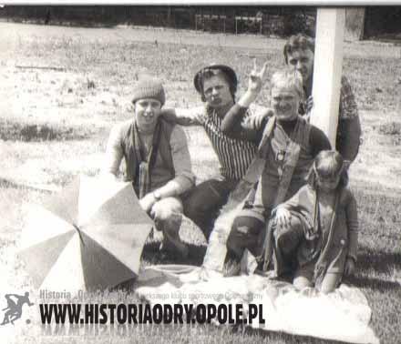 """Kibice """"Odry"""" odprawiają """"czary"""" (1977 r.) - fot.1"""