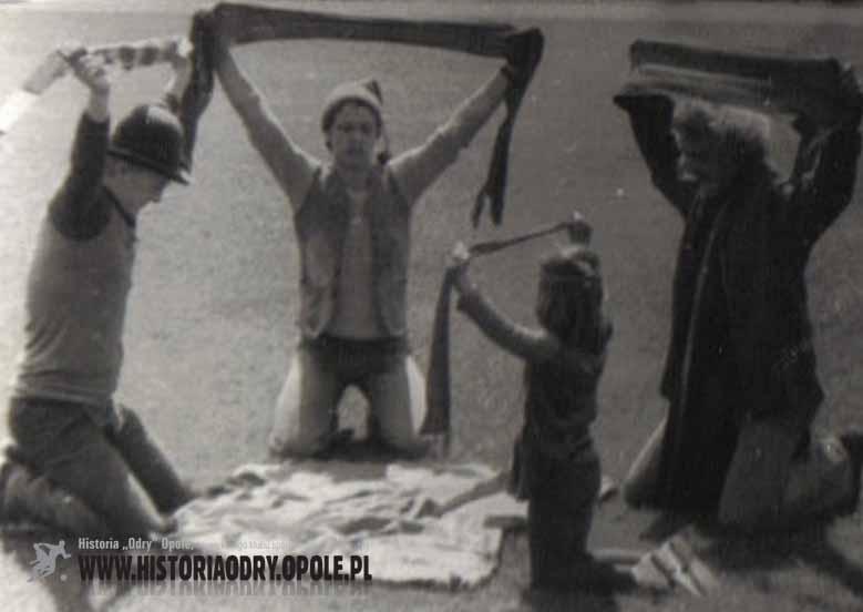 """Kibice """"Odry"""" odprawiają """"czary"""" (1977) - fot.4"""
