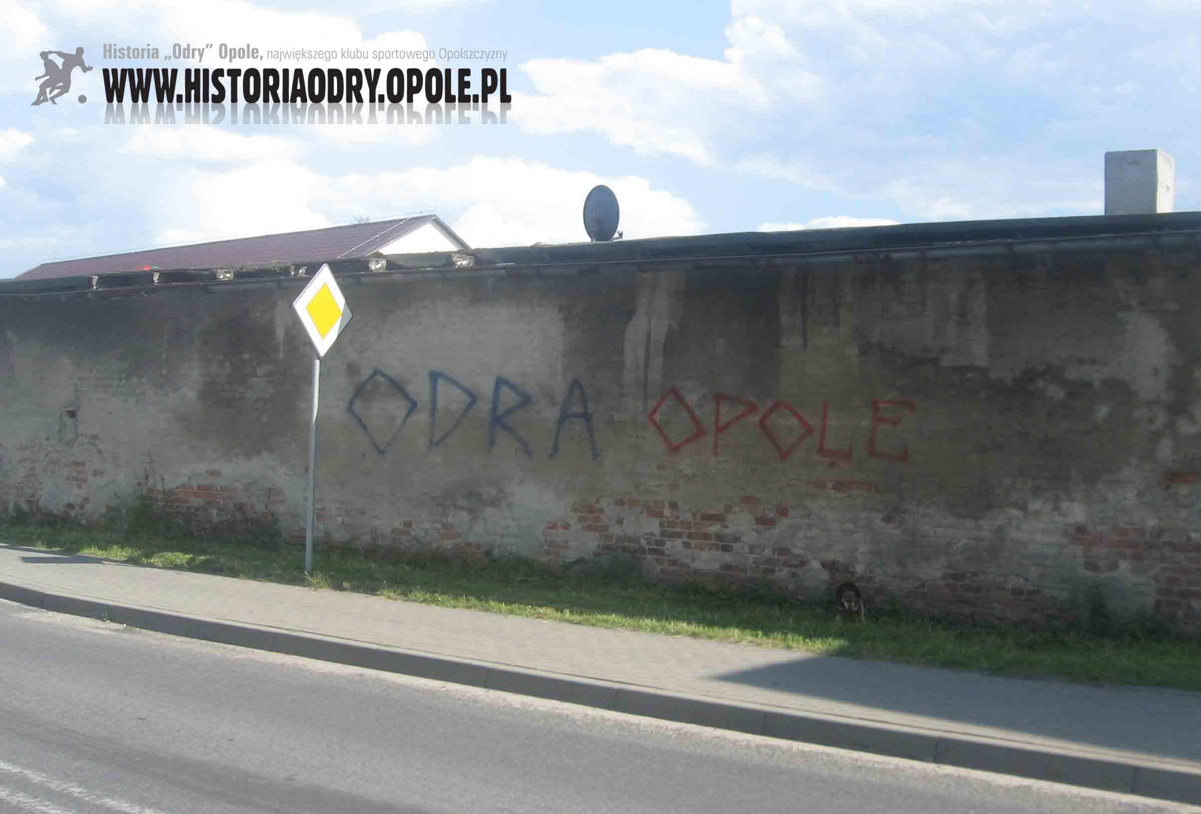 Napisy-graffiti w Kolonowskiem (przy drodze wojewódzkiej nr 463).