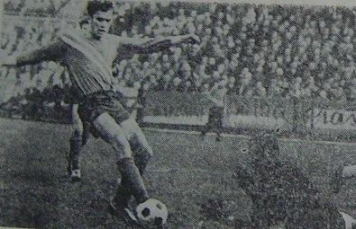 Józef Piech w ataku na bramkę Ruchu (Odra - Ruch 0:0).