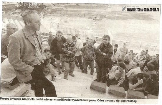 Ryszard Niedziela prezes Odry w rozmowie z kibicami