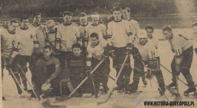 Drużyna hokejowa Odry Opole na lodowisku Toropol