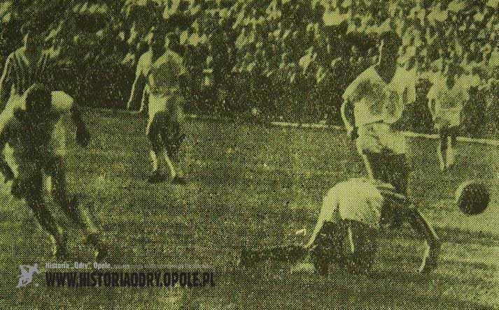 Engelbert Jarek sunie na bramkę Rosińskiego (Odra-Zawisza 6:1, Sezon 1961).