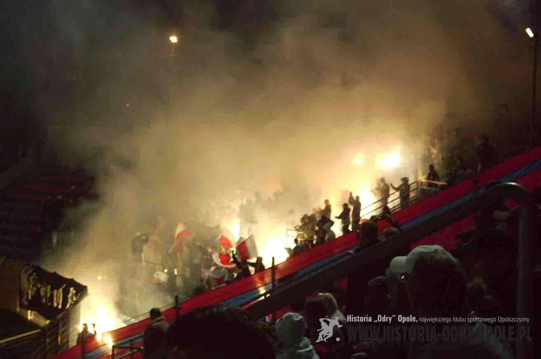 """Radość kibiców """"gospodarzy"""" po strzelonej bramce (""""Odra"""" - """"Stal"""" 3:0; 2008)"""