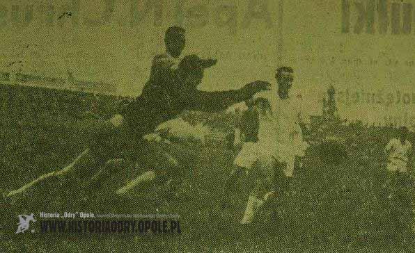 Fotografia z zaciętego pojedynku pomiędzy ŁKS-em a Odrą (0:0, 1961).