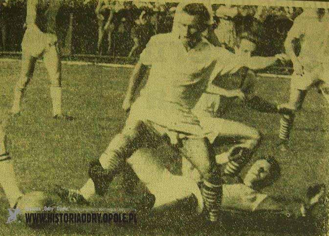 Walczący o piłkę Zygfryd Blaut (u dołu fotografii).