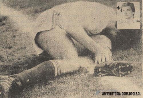 Andrzej Marcol leży na muraiwe stadionu Odry po brutalnym ataku Edwarda Załężnego