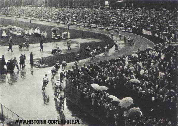 Kolarze wjeżdżają na stadion Odry Opole