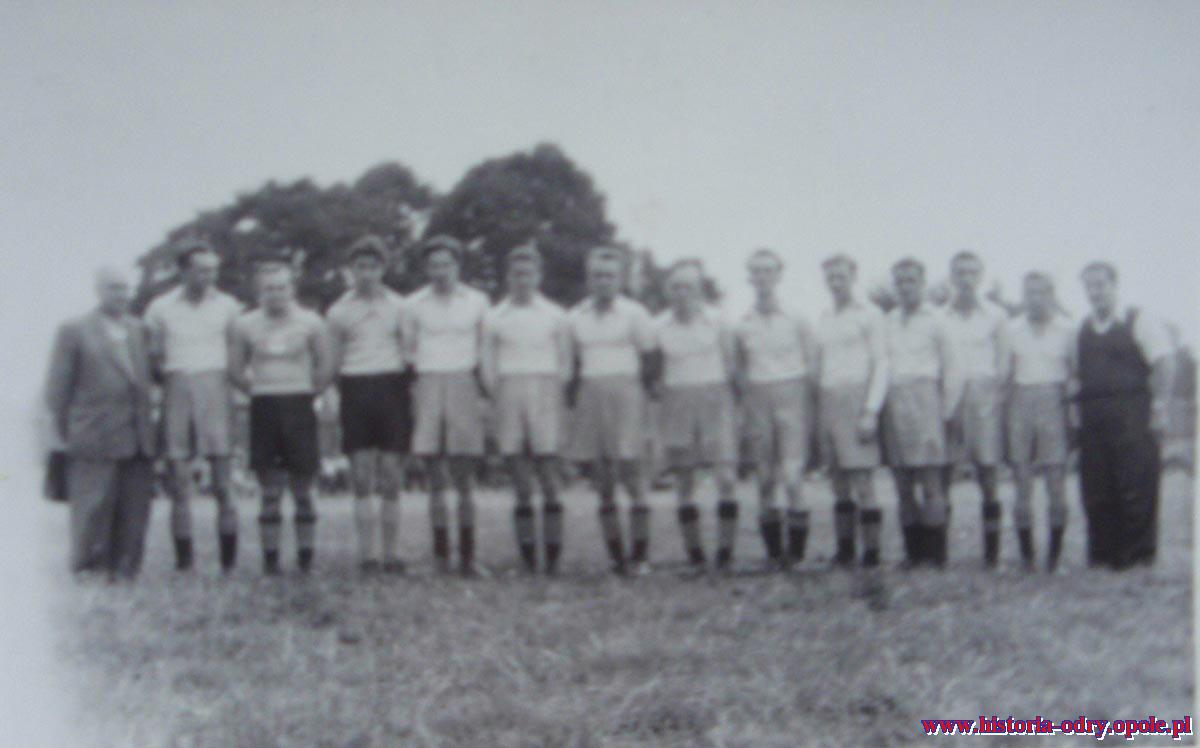 Jedno z najstarszych zdjęć Jarka.  Pierwsza drużyna Górnika Rokitnica z 1952 r.