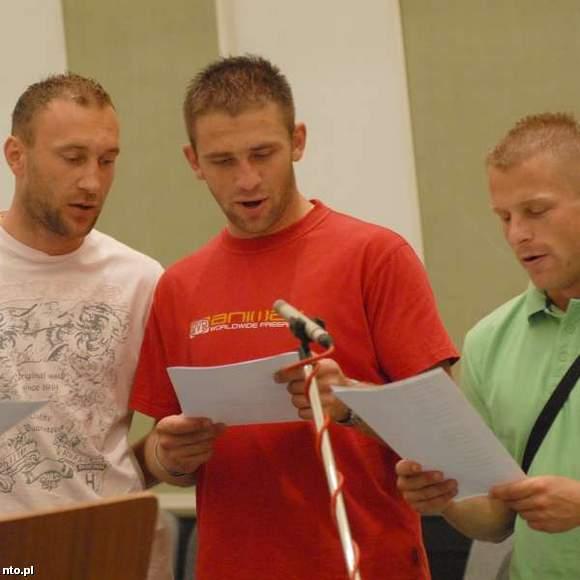 Piłkarze Odry śpiewają swój hymn: od lewej Copik, Ganowicz i Surowiak (nto.pl)