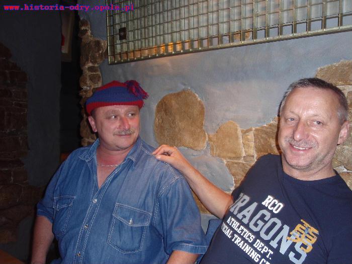 Wiesław Księżyk prezentuje swoją czapkę (obok Marian Bąk)