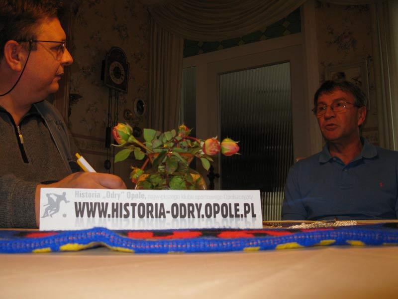 Zbyszek Janik w trakcie rozmowy z Edwardem Kotem (z prawej)