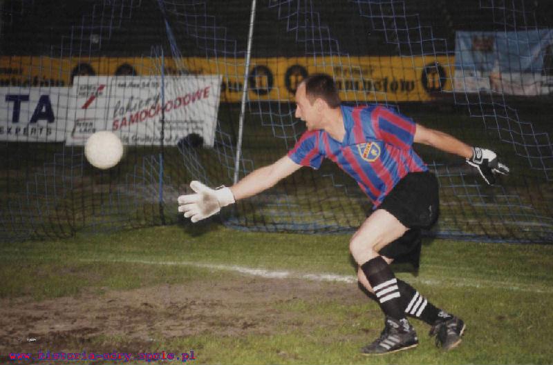 Paweł Kukiz w trakcie obrony rzutu karnego na stadionie Odry