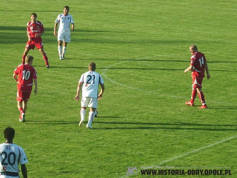 Marek Tracz w środku boiska czeka na podanie od Marcela Surowiaka (Odra - Tur 2:2 - 10.08.2008)