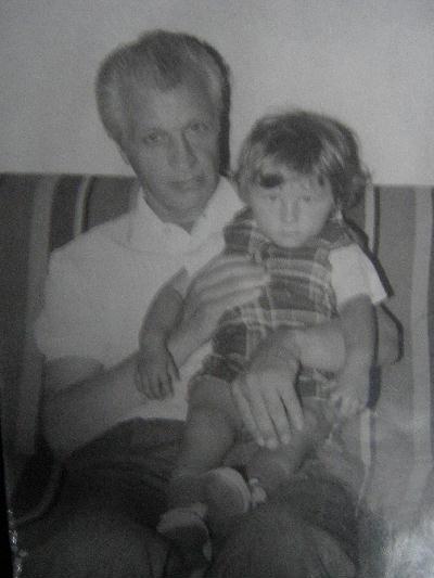 Szczęśliwy dziadek z wnuczką Aleksandrą na rękach