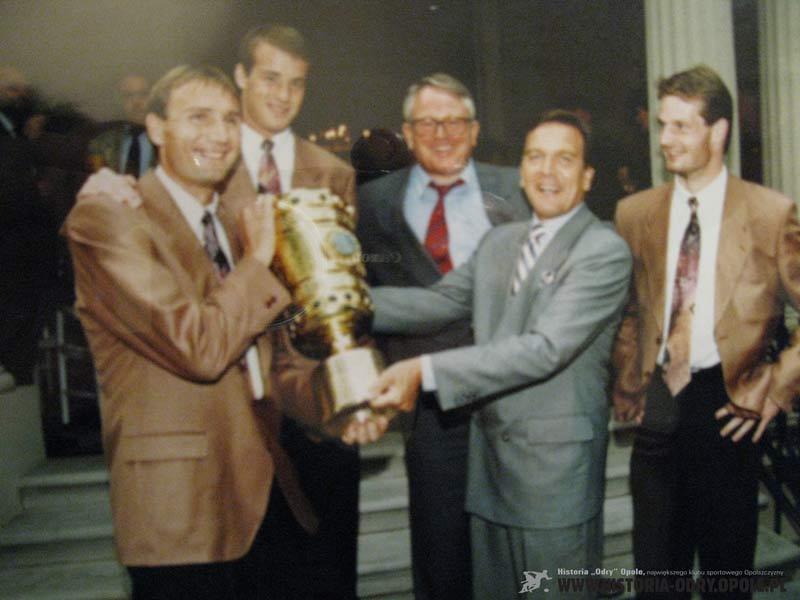 RomanWójcicki odbiera Puchar Niemiec w 1992 z rąk Kanclerzem G.Schrödera